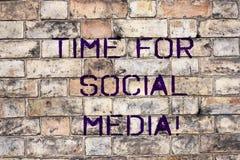 Handskrifttext Tid för socialt massmedia Nya vänner för begreppsbetydelsemöte som diskuterar ämnen nyheterna och filmer arkivfoto
