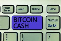 HandskrifttextBitcoin kassa Begreppsbetydelsetyp av affären för cryptocurrencyBlockchain Digital pengar royaltyfri bild