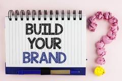 Handskrifttextbyggande ditt märke Begreppsbetydelsen skapar din egen logosloganmodell som annonserar att marknadsföra för E som ä royaltyfria bilder