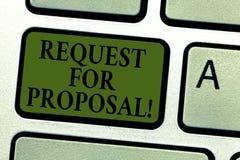 Handskrifttextförfrågan för förslag Begreppsbetydelsedokument som ber förslaget som göras till och med ett bjudande tangentbord royaltyfria bilder