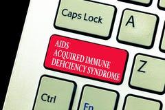Handskrifttexthandstil bistår syndrom för fången immun brist Allvarlig etapp för begreppsbetydelse av HIV-sjukdomen arkivbilder