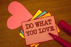 Handskrifttexthandstil gör vad du älskar Menande positiv färgrik Desire Happiness Interest Pleasure Happy för begrepp prima text arkivfoton