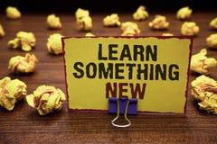 Handskrifttexthandstil lär något som är ny Begreppsbetydelse som undervisas den nya ämnesaktivitetskunskap eller sporten gult kli vektor illustrationer