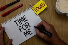 Handskrifttexthandstil Tid för mig Begreppsbetydelsen ska jag ta ett ögonblick för att vara med mig mediterar kopplar av lyckaman Royaltyfri Fotografi