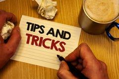 Handskrifttexthandstil tippar och trick Man menande förslag för begrepp att göra saker lättare hjälpsamma rådgivninglösningar inn royaltyfri bild