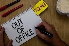 Handskrifttexthandstil ut ur kontor Begreppsbetydelsen utanför jobbet inget i affärsavbrottsfritid kopplar av hållande mor för ti arkivfoton