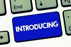 Handskrifttextintroduktion Begreppsbetydelse som framlägger ett ämne eller någon första möte för initial inställning royaltyfri foto