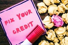 Handskrifttextknipa din kreditering Begreppsbetydelseuppehället balanserar lågt på kreditkortar och annan kreditering arkivbilder