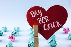 Handskrifttextlön per klick Begreppsbetydelsen får pengar från besökareannonser som annonserar SEO Marketing skriftliga på rött p arkivbilder