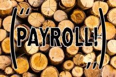 Handskrifttextlönelista Betalade den sammanlagda lönen för begreppsbetydelse vid ett företag till dess trä för anställdlösa träba royaltyfri bild