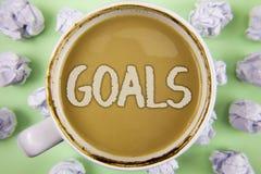 Handskrifttextmål Begreppsbetydelsen önskade prestationmål vad du önskar att utföra i framtiden som är skriftlig på te i W royaltyfri foto