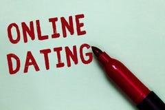 Handskrifttextonline-datummärkning Begreppsbetydelse som söker matcha förhållanden som eDating videoen som pratar öppen röd markö royaltyfri fotografi
