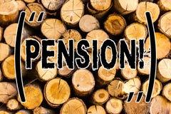 Handskrifttextpension Begreppet som betyder inkomstpensionärer, tjänar, efter avgången har sparat för träbakgrundstappning för äl fotografering för bildbyråer