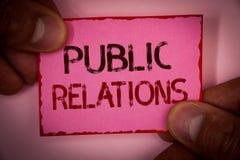 HandskrifttextPR För kommunikationsmassmedia för begreppet uttrycker den menande samkvämmen för publicitet för information om fol royaltyfria bilder