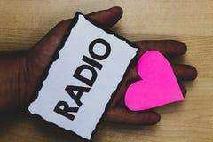 Handskrifttextradio Begreppet som betyder elektronisk utrustning som används för att lyssna till TV-sändningprogramshower, skyler royaltyfria foton