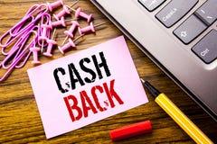 Handskriven baksida Cashback för textvisningkassa Affärsidé för pengarförsäkring som är skriftlig på rosa klibbigt anmärkningspap royaltyfri foto