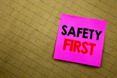 Handskriven handstil för affärsidé för säkerhet för textöverskriftvisning första för säker varning som är skriftlig på klibbigt a Arkivbilder
