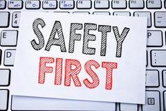 Handskriven handstil för affärsidé för säkerhet för textöverskriftvisning första för säker varning som är skriftlig på klibbigt a Fotografering för Bildbyråer