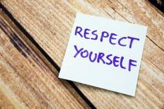 Handskriven Motivational påminnelse som värderar sig Positivt meddelande om respekt på en anmärkning Skriftlig Mantra för själv fotografering för bildbyråer