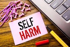Handskriven skada för textvisningsjälv Affärsidé för Selfharm mental agression som är skriftlig på rosa klibbigt anmärkningspappe Arkivfoto