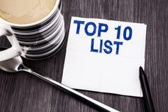 Handskriven text som visar affärsidéen för tio lista för framgång tio, listar topp 10 skriftligt på den pappers- näsduken för sil Arkivfoto