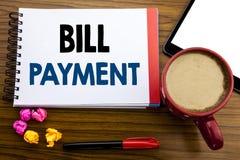 Handskriven text som visar Bill Payment Lön för affärsidéhandstilfaktureringen kostar skriftligt på notepadanmärkningspapper, gam royaltyfria bilder