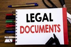 Handskriven text som visar lagliga dokument Affärsidé för avtalsdokumentet som är skriftligt på anteckningsboken, träbakgrund med Royaltyfria Bilder