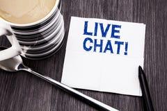 Handskriven text som visar Live Chat Affärsidé för kommunikationen Livechat som är skriftlig på den pappers- näsduken för silkesp Arkivfoton