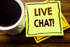 Handskriven text som visar Live Chat Affärsidé för kommunikationen Livechat som är skriftlig på klibbigt anmärkningspapper på trä Royaltyfria Foton