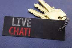Handskriven text som visar Live Chat Affärsidéhandstil för kommunikationen Livechat som är skriftlig på anmärkningspapper som fäs Arkivfoto