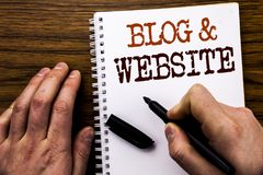 Handskriven Website för blogg för textvisningord Affärsidé för den sociala Blogging rengöringsduken som är skriftlig på minnestav Royaltyfri Foto