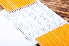 Handskrivet alfabet i anteckningsbok Arkivbilder