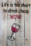 Handskrivet dekorativt tecken för vinavsmakning på en liten lantlig woode Royaltyfri Foto
