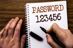 Handskrivet lösenord 123456 för textvisningord Affärsidé för säkerhetsinternet som är skriftlig på minnestavlabärbara datorn, trä Arkivbilder