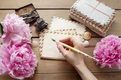 Handskrivna bokstäver och bukett av rosa pioner royaltyfri foto