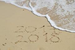 Handskrivna lyckliga nya år 2018 på sand Fotografering för Bildbyråer