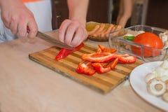 Handsnittpeppar med kniven Begrepp för matlagningprocess Kocken förbereder mål Kocken förbereder att äta i kök arkivfoto