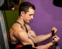 Handsom在健身健身房的年轻人锻炼 库存照片