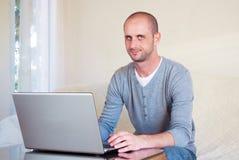 Handsom ung affärsman som hemma arbetar Arkivbilder