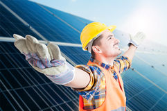 Handsome builder with arms outstretched Royalty Free Stock Photography
