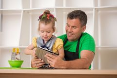 Handsome father and cute little daughter cooking Royalty Free Stock Photos