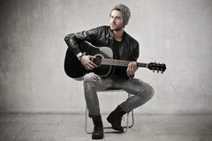 Handsome guitar playing Royalty Free Stock Photography