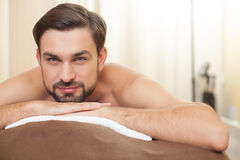 Handsome guy is relaxing at beauty salon Royalty Free Stock Photos