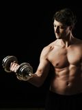 Handsome man doing bicep curls Royalty Free Stock Photography