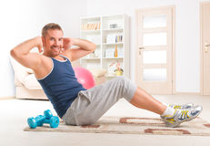 Handsome man doing sit ups Royalty Free Stock Photos