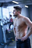 Handsome man exercising at the gym Royalty Free Stock Photography