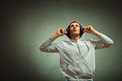 Handsome man with headphones listening to music Royalty Free Stock Photos