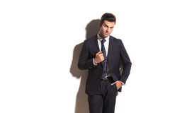 Handsome man in suit and tie standing against wall Royalty Free Stock Photos