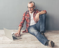 Handsome mature man with gadget Royalty Free Stock Photos