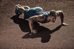 Handsome muscular man doing push-up Royalty Free Stock Images